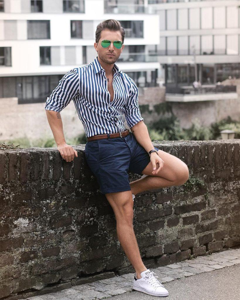 Look masculino com bermuda curta e camisa