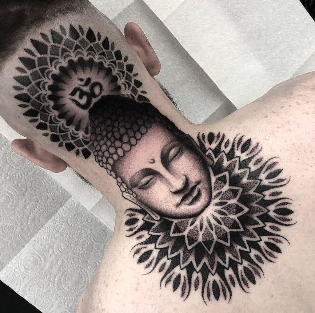 Tatuagem de Buda na nunca homem