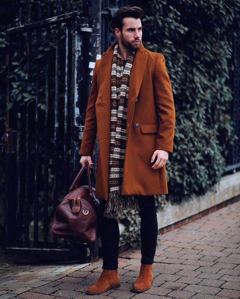Casaco longo masculino e bota marrom