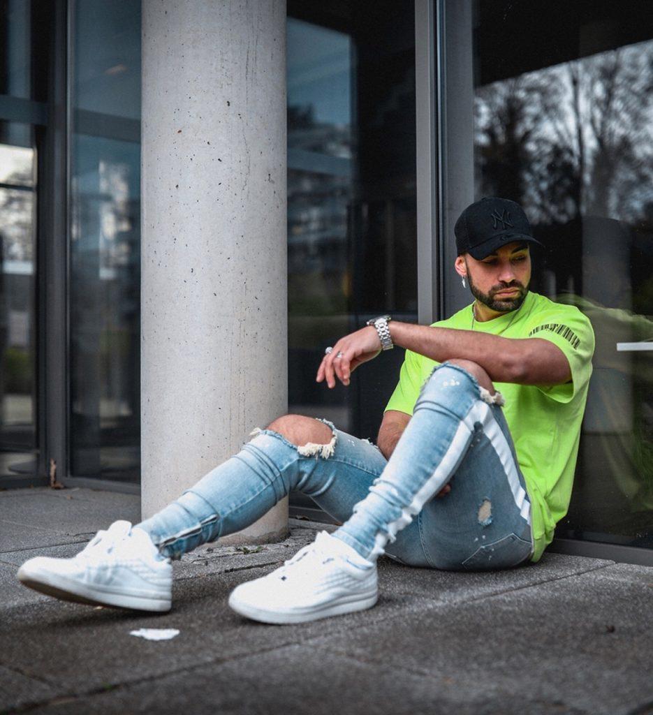 Look street style com camiseta neon