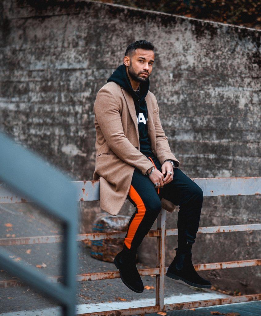 Look masculino streetwear com sobretudo