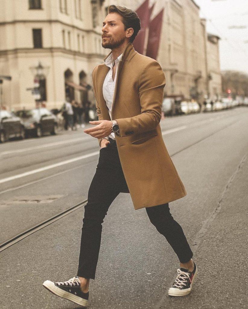 Look masculino casual com sobretudo camelo