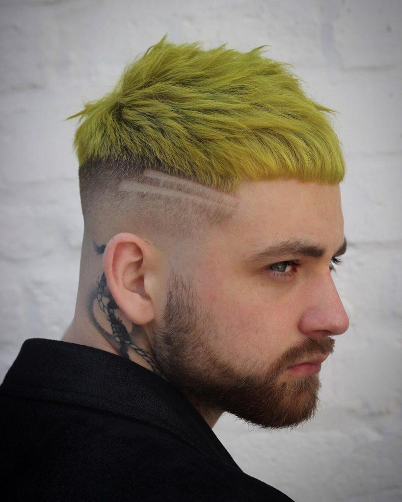 Cabelo colorido masculino em amarelo
